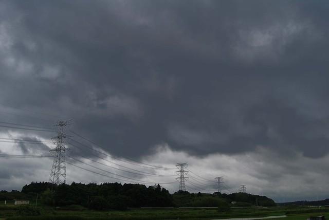 重くのしかかる雲